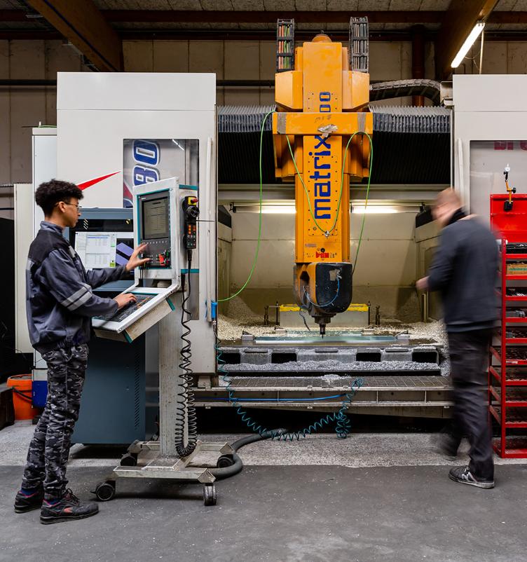 Machine d'usinage CN 5 Axes BRETON cohérente dans la réalisation des périphériques de production autour de l'injection plastique