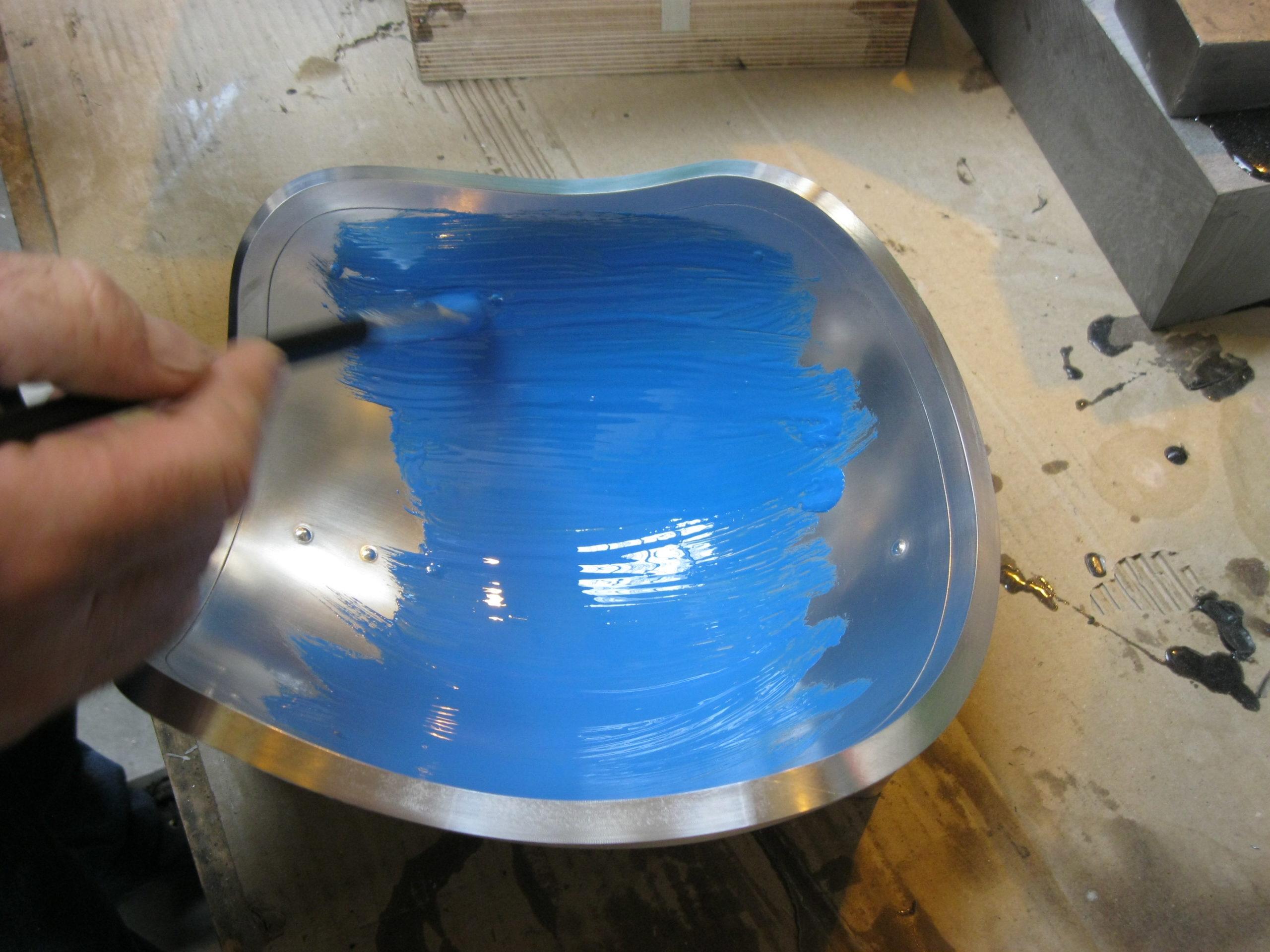 Application d'une couche de gelcoat dans un outil de mise en forme de pièces en composite
