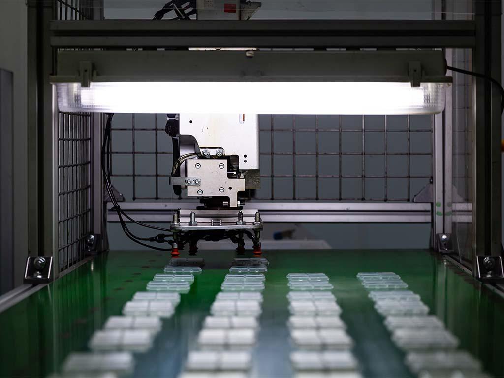 Dépose de pièces injectées en plastique réalisées en salle blanche et à destination du médical