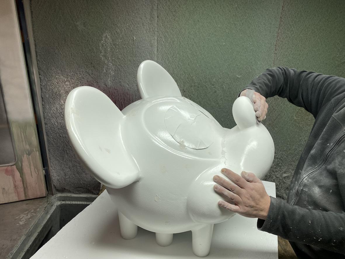 Phase de finition d'un modèle géant de personnage de dessin animé