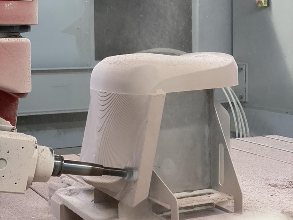 Outil de détourage d'une pièce en thermocompression en cours d'usinage