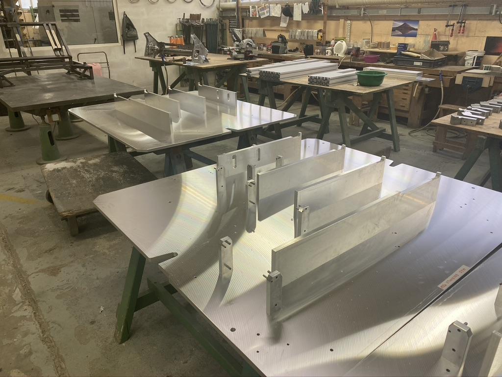 Phase de prémontage d'un gabarit sur plaque de base aluminium