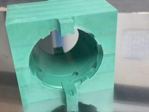 Pièce usinée en LAB permettant le détourage d_une pièce en aluminium gaufré