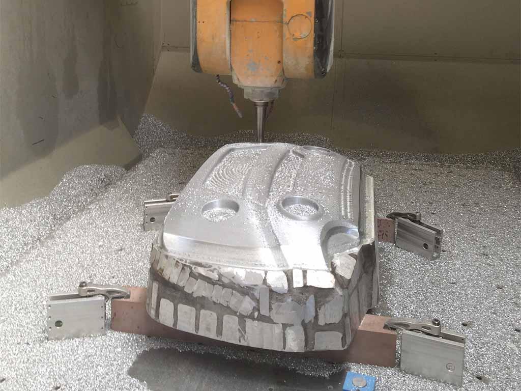 Usinage sur une machine CN d'une fonderie aluminium pour moule de thermoformage