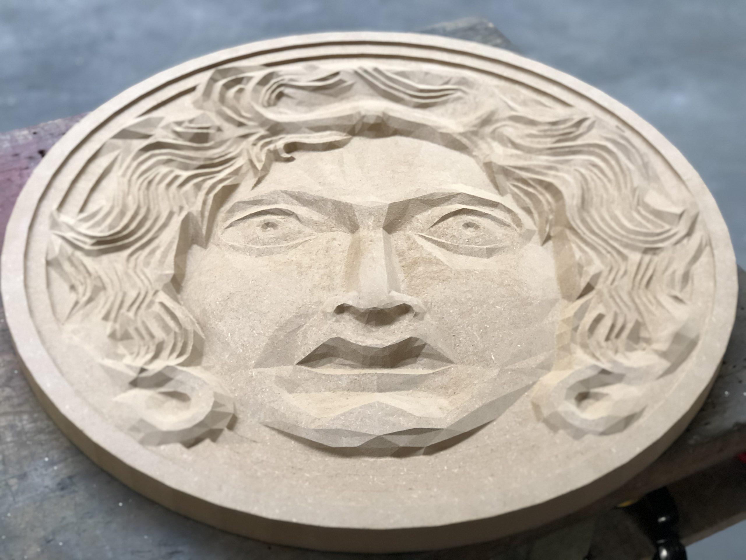 Réalisation d'une tête en bois qui servira de plateau de table basse