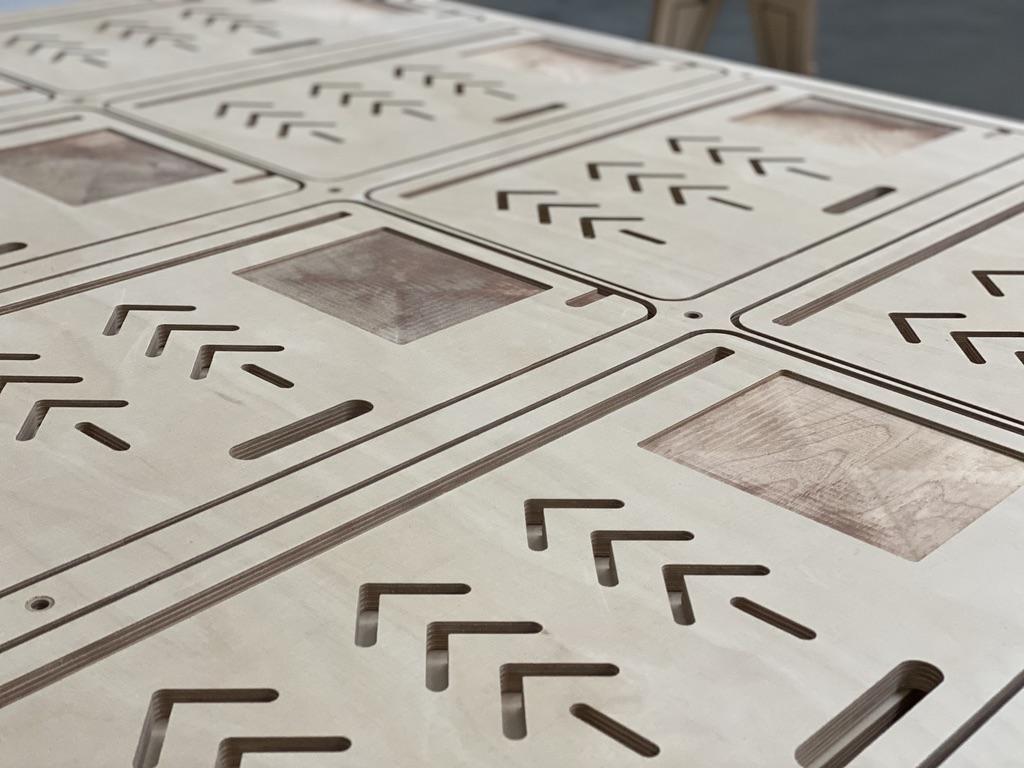 Tablette repose ordinateur usinée en série dans une planche de bois